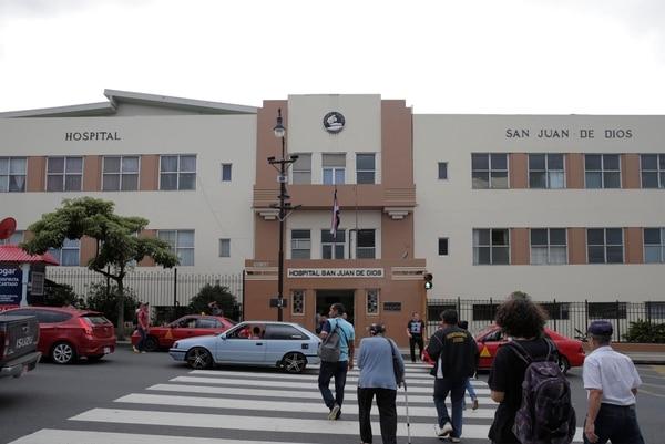 El Hospital San Juan de Dios ha tenido que aislar a 21 funcionarios por la covid-19. Albert Marín