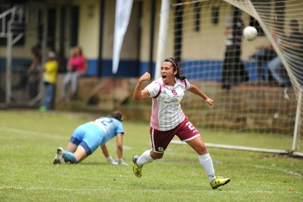 La morada Cristín Granados grita su gol en la final del domingo, tras vencer a Dinnia Díaz, de Moravia. Ayer ellas se reencontraron en la Sele . | ADRIÁN SOTO