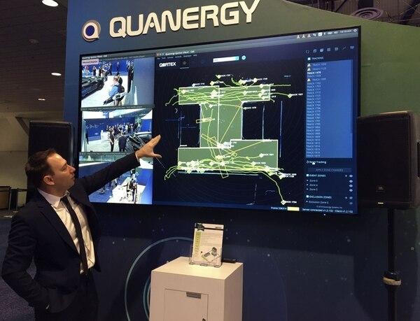 Murat Atalay de la empresa Quanergy muestra la tecnología utilizada en carros autónomos. (Robert LEVER / AFP)