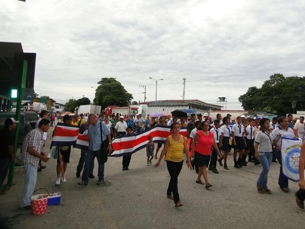 Vecinos de Paso Canoas marchan por aprobación de proyecto de ley.