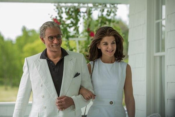 El actor Alexander Siddig interpreta a Aristóteles Onassis, esposo de Jackie. Fotografía: Lifetime para La Nación