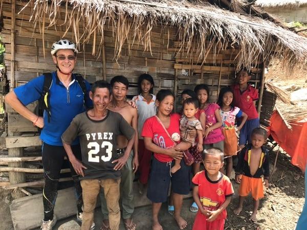El costarricense Federico Rojas Chavarría con miembros de una comunidad de Laos.