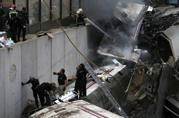 Los bomberos sofocan el incendi provocado en el tren Alvia.