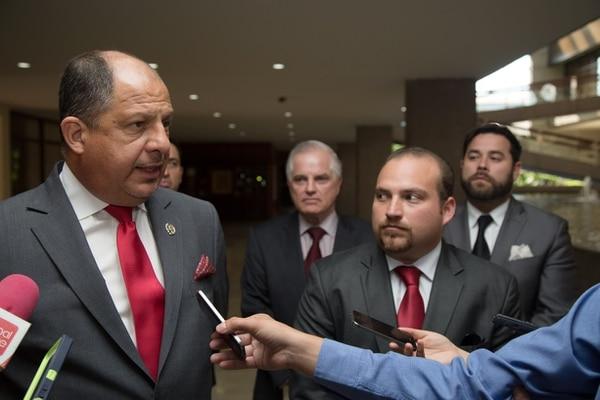 El presidente Luis Guillermo Solís escuchó las peticiones que le plantearon hoy los empresarios del sector turístico, encabezados por el presidente de Canatur, Pablo Heriberto Abarca (der.).