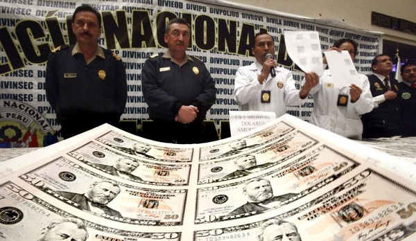 Las autoridades de la Policía Nacional de Perú mostraron los dólares falsos en un centro de impresión. Foto tomada de Twitter
