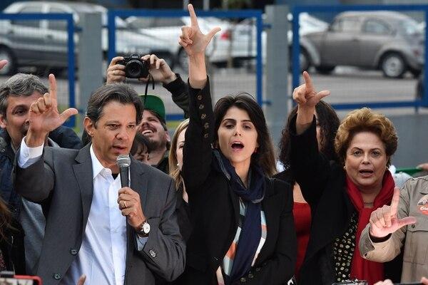 De izquierda a derecha: candidato a la presidencia en Brasil Fernando Haddad, candidata a la vicepresidencia Manuela D'Avila y la expresidenta Dilma Rousseff. AFP