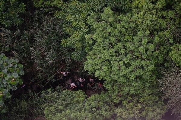 Oficiales de la Policía Penitenciaria resguardan en el cañón del río Virilla al reo que cayó desde una peña cuando escapaba.