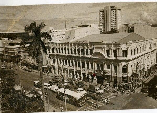 1 k El Teatro Raventós tenía una estructura similar a la del hoy Melico Salazar y se quemó por un incendio en 1967 (izquierda). 2 k La remodelación del inmueble incluyó los acabados que fueron consumidos por el fuego (arriba, derecha arriba). 3 k El teatro Raventós fue fundado por José Raventós, un inmigrante español que sintió añoranza por las castañuelas de su tierra (derecha) 4 k Los trabajos de reconstrucción del Teatro se iniciaron en 1977, con la administración de Daniel Oduber, y finalizaron en 1985. Se remodeló tanto su aspecto exterior como los acabados internos (abajo).