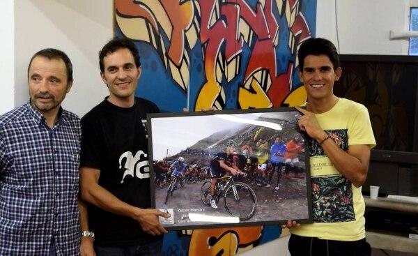 Andrey Amador recibió un homenaje por parte de la Unión Ciclista les Franqueses y le obsequiaron una fotografía de su ascenso a Colle delle Finestre.