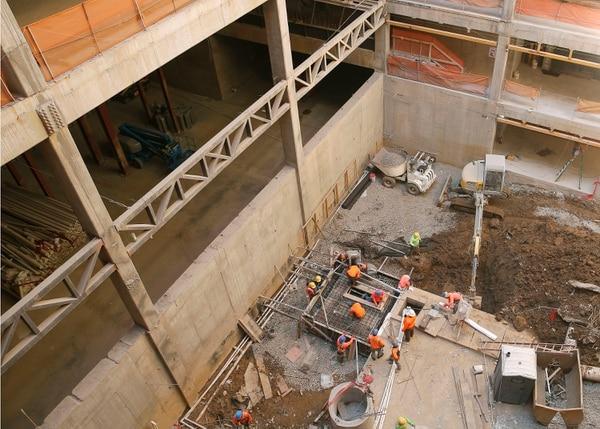 31 de enero del 2019. Visita guiada a la construcción del nuevo edificio de la Asamblea Legislativa. En la foto: Trabajadores de Edica realizan labores de obra gris en el nuevo edificio. Fotografía: Albert Marín.