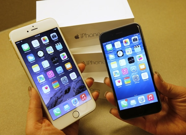 Una vendedora en una tienda de la empresa Verizon mostró ayer en Orem (Utah) los nuevos teléfonos iPhone 6 (der.) y iPhone 6 Plus. Apple anunció que los datos los dispositivos de su marca solo podrá verlos el usuario. | AFP
