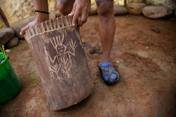 En el tronco de madera sobre el cual se sienta el chamán durante el ritual está dibujado en relieve la figura de Surá, quien es considerado el dueño de todo lo que ha sido creado. Foto: Albert Marín.