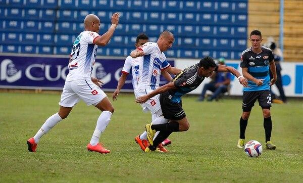 Carlos Johnson y Danny Fonseca disputan el balón con Jeffry Montoya de AS Puma en el partido ante Cartaginés.