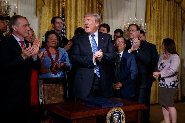 El presidente Donald Trump celebró este viernes la firma de una ley para reformar el Departamento de Asuntos de los Veteranos en el Salón Este de la Casa Blanca, en Washington.