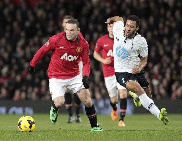 Wayne Rooney del Manchester United, luchó por el balón contra Mousa Dembele, del Tottenham Hotspur.