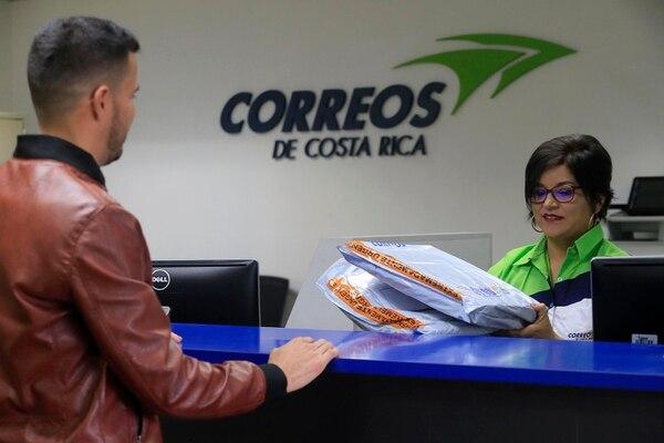 Oficina de Correos de Costa Rica, en Zapote, a inicios de esta semana. En la imagen, Raquel Sanabria recibe paquetería para distribución. Este miércoles, el servicio resultó afectado por un cambio de sistemas informáticos. (Imagen con fines ilustrativos). Foto: Rafael Pacheco