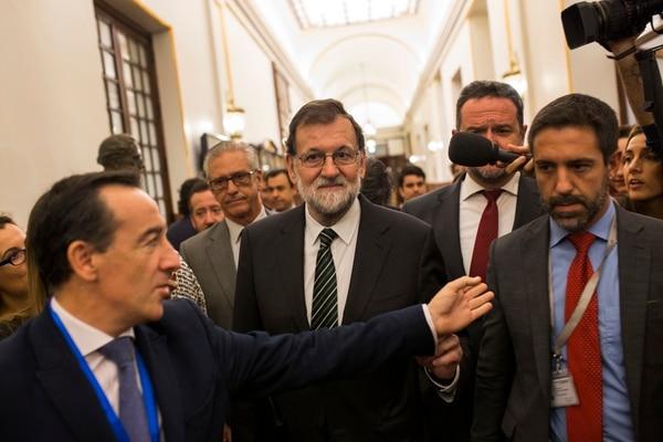 El jefe del gobierno español, Mariano Rajoy, fue interrogado por periodistas al dejar el Parlamento español, el 18 de octubre, en Madrid.