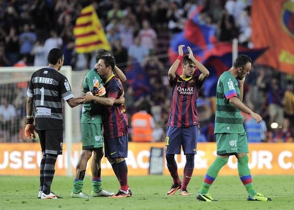 Keylor Navas recibe el consuelo del lateral brasileño Adriano. | AFP
