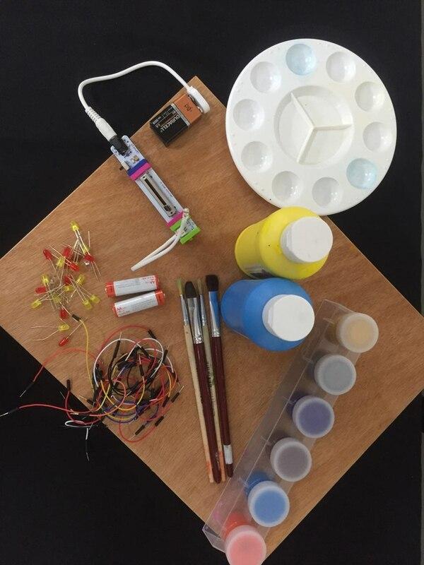 Madera, luces y témperas son algunos de los materiales que se pueden utilizar para hacer estos singulares faroles. | UNED PARA LN.