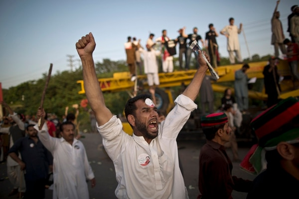 Los seguidores del opositor pakistaní Imran Khan gritaron ayer consignas contra el primer ministro, Nawaz Sharif, en Islamabad. | AP