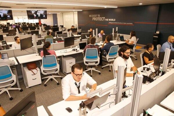 IBM anunció, este jueves 4 de abril, la expansión de su operación de ciberseguridad en Costa Rica, la cual implicará una inversión de $21 millones durante este año. Desde el país se atienden a empresas de más de 130 naciones. Foto: Albert Marín.
