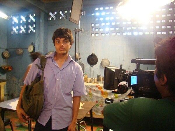 Jason (el actor Daniel Pérez Monge) viaja a Puntarenas, donde halla a padre. En la foto, un momento de la filmación.