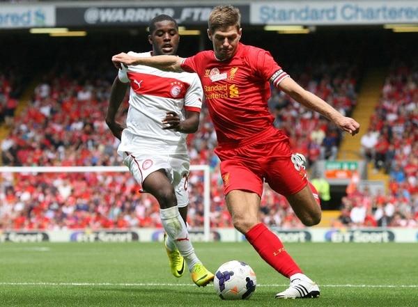 El delantero costarricense Joel Campell (izq) persigue al volante inglés Steven Gerard durante el juego que realizó el Olympiakos griego ante el Liverpool de Inglaterra.