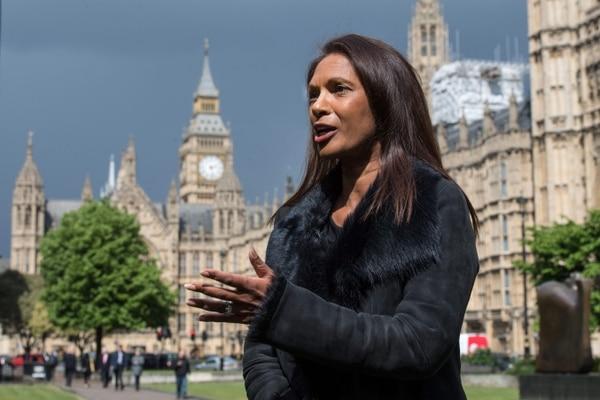 La empresaria Gina Miller habla durante una entrevista de televisión en Londres. Miller llevó al gobierno británico a los tribunales para forzar una votación parlamentaria sobre la separación del Reino Unido de la UE y lanzó una campaña este 26 de abril para oponerse a un