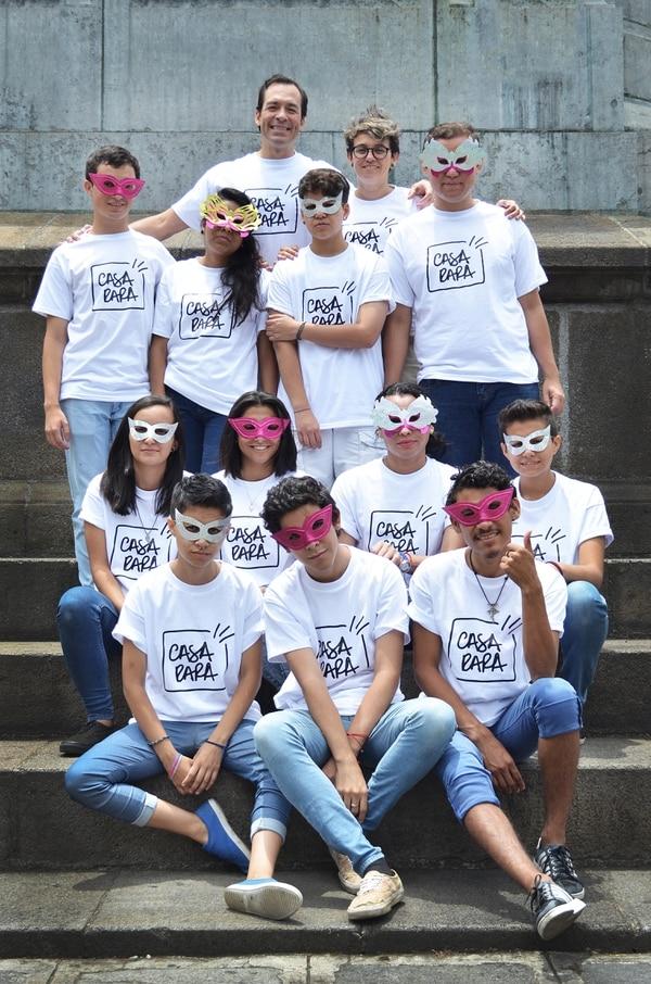 Los jóvenes de Casa Rara. Arriba, sin antifaz los fundadores: Roig Brenes Pochet y Shi Alarcón Zamora.