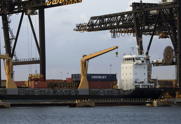 Buque cargado en Fort Lauderdale, Florida; el déficit comercial de Estados Unidos aumentó ligeramente en agosto.
