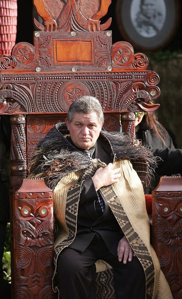 Una foto de archivo muestra rey maorí Tuheitia Paki sentado en el trono de madera tallada durante la ceremonia de su coronación en Nueva Zelanda