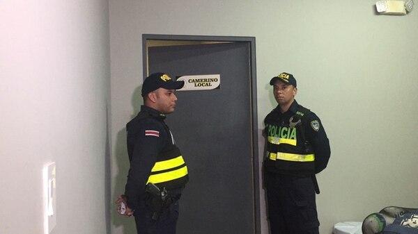 Los dos policías esperaban a Jossimar Pemberton en la puerta del camerino local del Estadio Edgardo Baltodano para llevárselo por no haber depositado el pago de la pensión. Al futbolista le deben mes y medio de salario. (Foto Esteban Valverde)