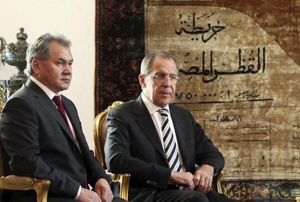 Los ministros rusos de Defensa y Exteriores, Serguéi Shoigú (izq.) y Serguéi Lavrov, asisten a una reunión con el presidente interino, Adli Mansur, en El Cairo (Egipto).