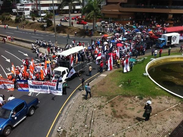 Por quinto día, los maestros, profesores y funcionarios del MEP se mantienen en huelga por atraso en el pago de los salarios. Hoy el grupo marchó desde la fuente de La Hispanidad hasta Casa Presidencial.