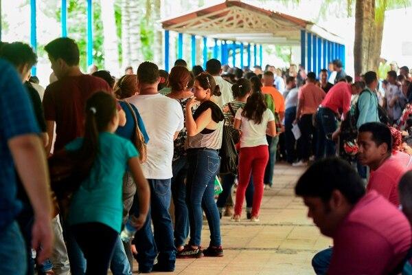Nicaragüenses hacían fila en las oficinas de Migración en Managua, este miércoles 13 de junio del 2018, para obtener el pasaporte
