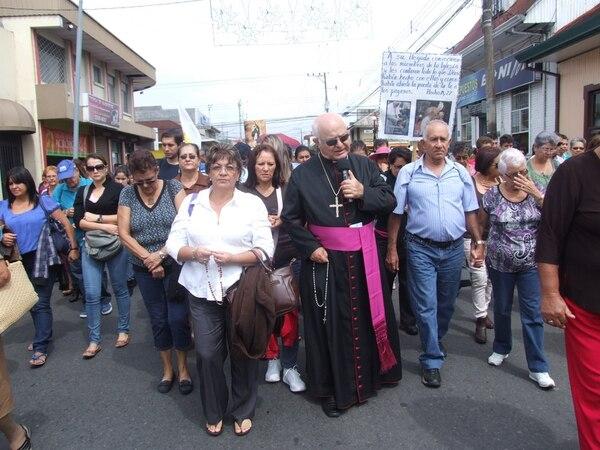 Parte de los asistentes caminó de las Ruinas de Cartago a la Basílica al lado del obispo Ángel San Casimiro, este martes.