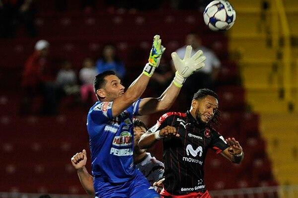 Jonathan McDonald intentó cabecear un balón ante la salida del portero de Belén, Luis Torres.