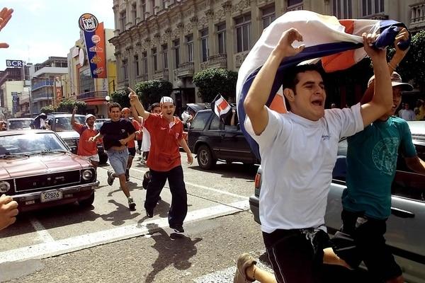Apenas la Sele venció a México, la afición se tiró a la calle, como aquí en plena Avenida Segunda, en San José. | ARCHIVO GN