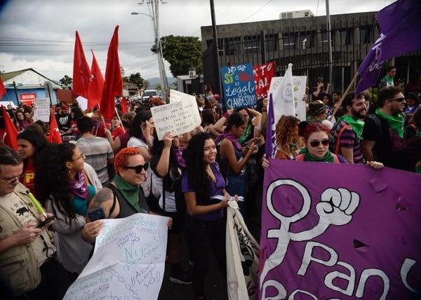 Miembros de 52 organizaciones en favor del aborto se manifestaron la tarde de este miércoles frente a Casa Presidencial, en Zapote. Fotografía: Diana Méndez