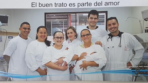 Kendal Oliver Chuprine Valerio, 31 años, es el segundo de derecha a izquierda. Trabaja como pediatra en el hospital de Guápiles. CORTESÍA