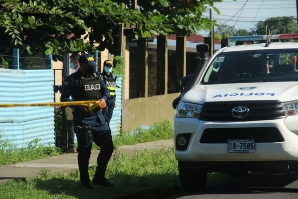 La Fuerza Pública se encargó de la custodia del lugar y de evitar que curiosos se aproximaran a la casa. Foto Reiner Montero.