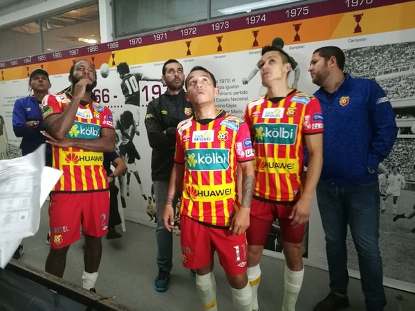 Víctor Núñez, José Sánchez y José Miguel Cubero vieron la repetición del gol anulado al Herediano en la zona de prensa de Saprissa.