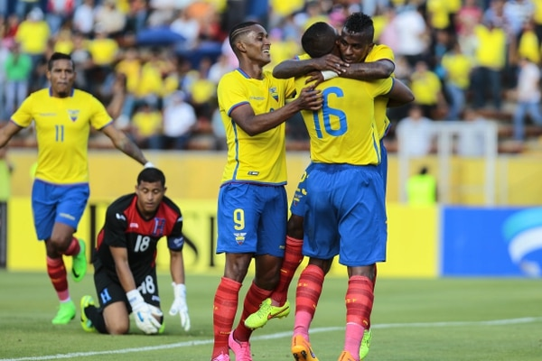 El jugador ecuatoriano Miller Bolaños, celebra junto a Antonio Valencia y Fidel Martinez el primer gol anotado a la selección de Honduras esta tarde en Quito.