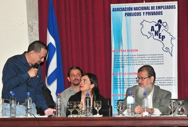 Albino Vargas (de pie) dio la bienvenida a los diputados Marcela Guerrero y Gerardo Vargas a la actividad de este viernes donde ANEP dio por enterrada la reforma al empleo público.