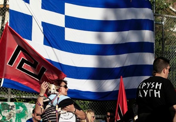 Los seguidores del partido político de extrema derecha Amanecer Dorado asistieron ayer a la convocatoria de un mitin en Atenas, Grecia. | AP