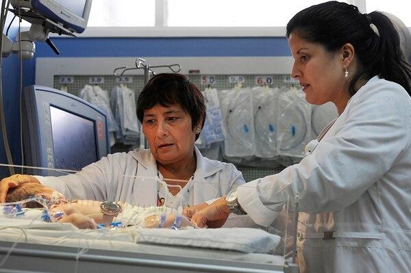 El Servicio de Emergencias del Hospital Nacional de Niños es una de las áreas que funciona como servicio de cuidados críticos para hacer frente a la atención de enfermos. Casi todos los menores pasan hospitalizados, en promedio, seis días.