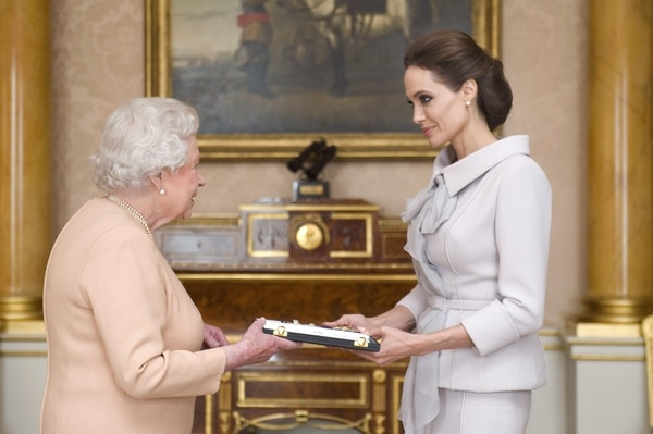 """La reina Isabel II nombró """"dama de honor"""" a la actriz Angelina Jolie por su campaña para tratar de poner fin a la violencia sexual en las zonas de guerra y por sus servicios a la política exterior del Reino Unido."""