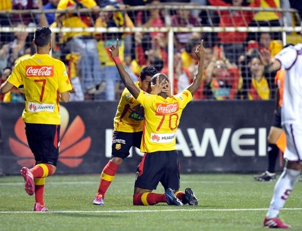 Yosimar Arias felicita a Leandro Barrios (70) luego de marcar el primer gol del Herediano anoche. Yendrick Ruiz (7) se suma a la celebración. Florenses y morados igualaron a dos goles en el Rosabal Cordero.   CARLOS BORBÓN