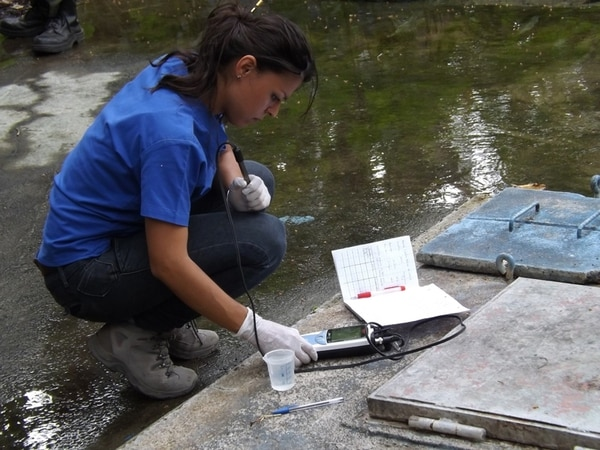 Una funcionaria de la Universidad Nacional ayudó en la toma de muestras de las fuentes de agua de Bagaces, hace dos semanas. | CARLOS VARGAS