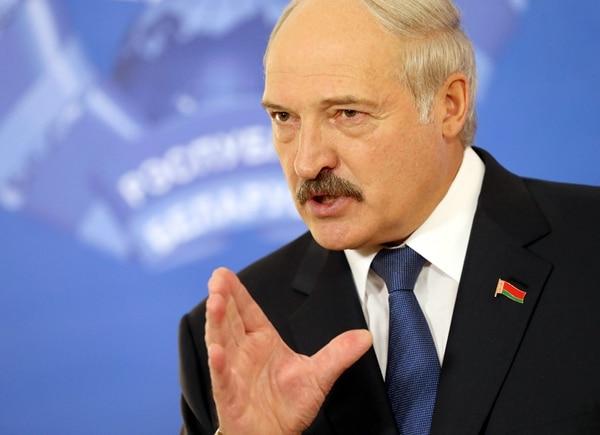 El presidente de Bielorrusia, Alexánder Lukashenko habla a la prensa in Minsk el domingo, luego de emitir su voto. | EFE